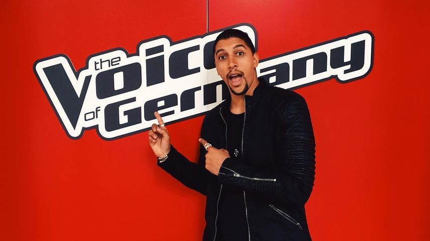 "Andreas Bourani vor dem ""The Voice of Germany""-Logo"