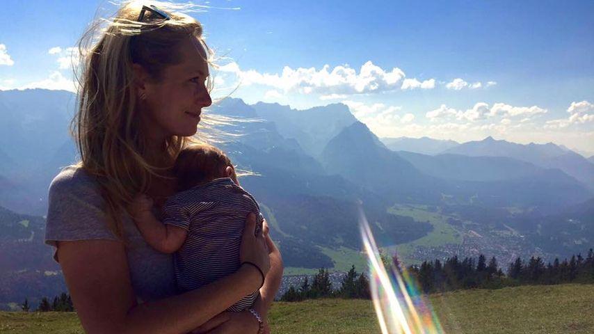 Stolze Mama: Angela Finger-Erben mit Baby Anna in den Bergen