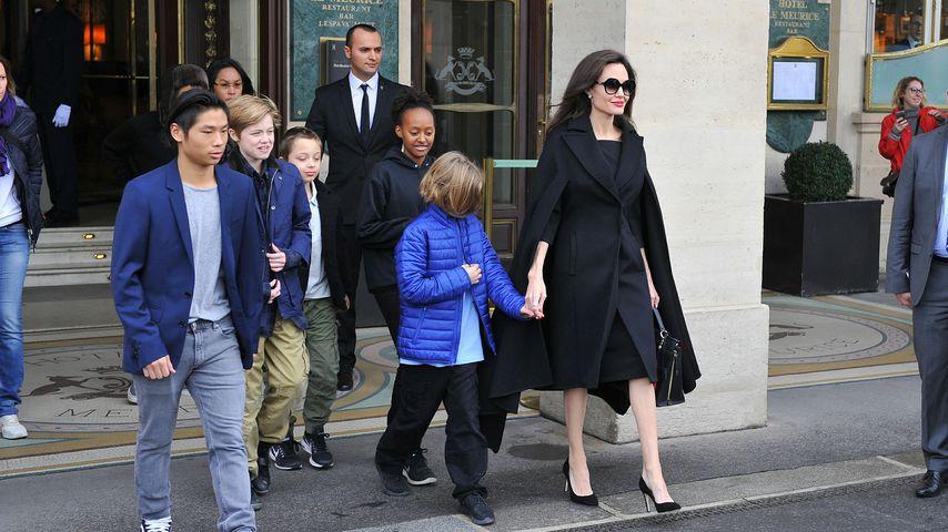Angelina Jolie und ihre Kinder besuchen den Louvre