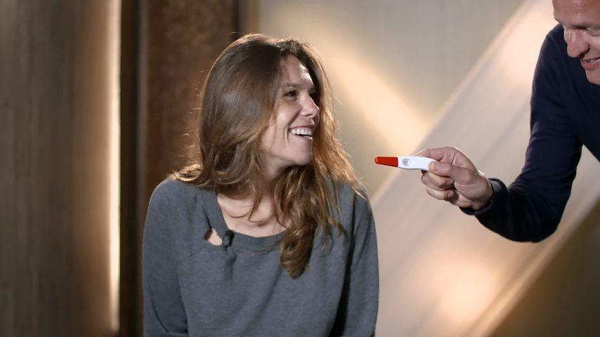 Angelina und Alexander Posth mit ihrem Schwangerschaftstest