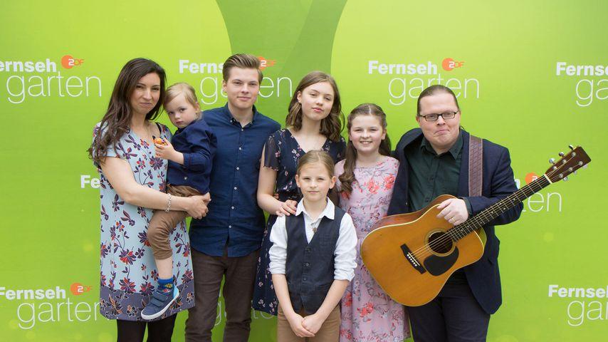 Angelo und Kira Kelly mit ihren fünf Kindern