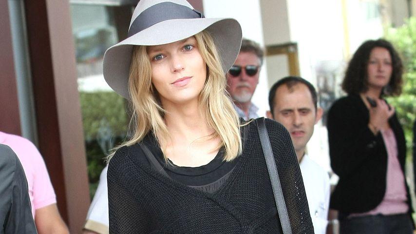 Model Anja Rubik im dunklen Lagen-Look in Cannes