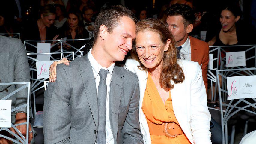 Ansel Elgort mit seiner Mutter bei den Fashion Media Awards in New York City, September 2021