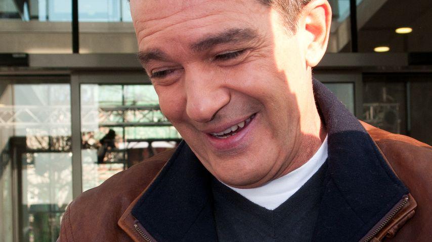 In Berlin: Antonio Banderas schlabbert ins Mikro
