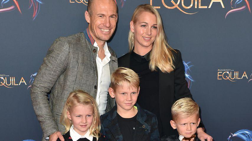 Arjen und Bernadien Robben mit ihren Kindern Lynn, Luka und Kai