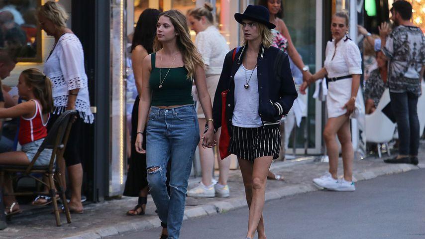 Ashley Benson und Cara Delevingne in Saint-Tropez