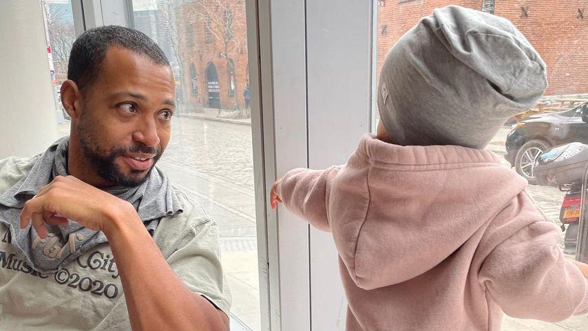 Ashley Grahams Mann Justin mit deren gemeinsamen Kind