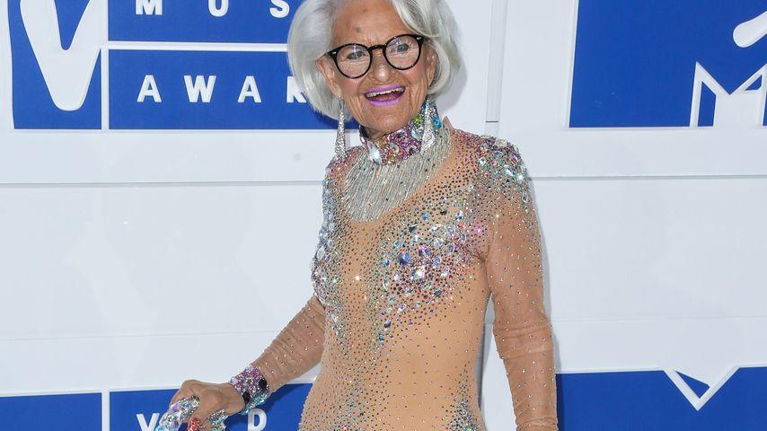 Coolster VMA-Gast! Fashion-Omi Baddie rockt den Red Carpet