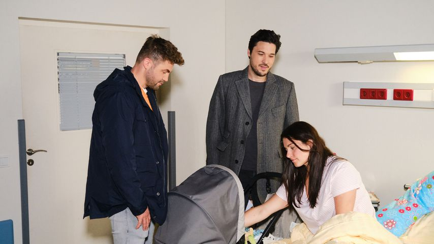 "Bambi (Benjamin Heinrich), Jakob (Alexander Milo) und Saskia (Antonia Michalsky) bei ""Unter uns"""