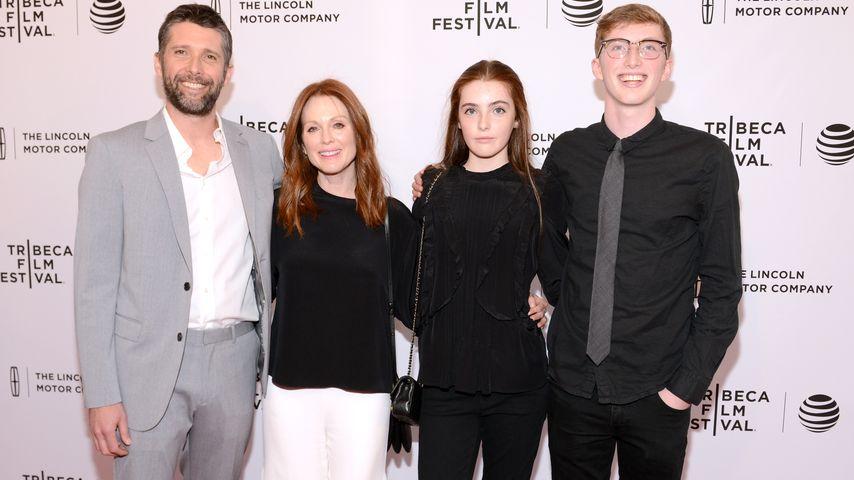 Bart Freundlich und Julianne Moore mit ihren Kindern Liv und Caleb im April 2016
