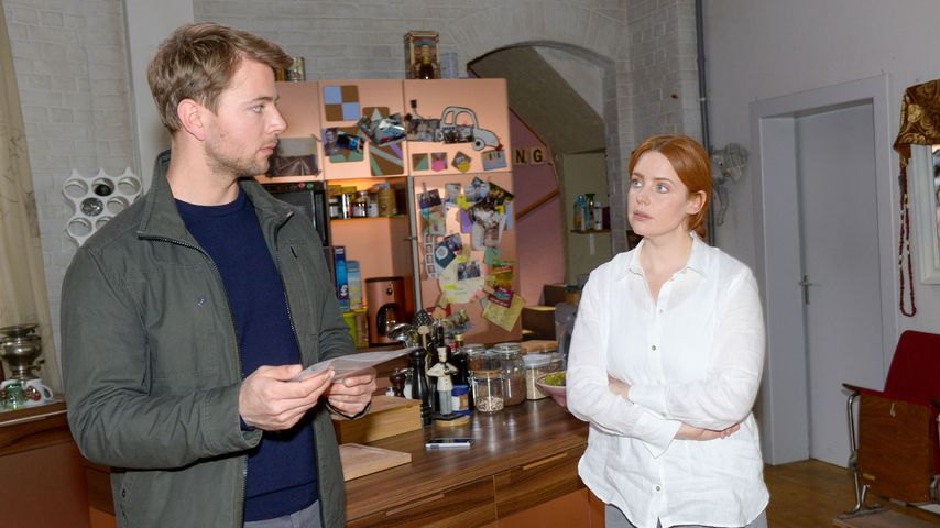 Bastian (Benjamin Trinks) und Toni (Olivia Marei) in einer GZSZ-Szene