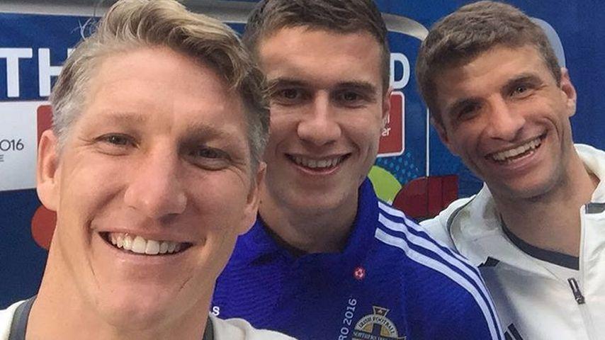 Bastian Schweinsteiger, Paddy McNair und Thomas Müller nach EM-Spiel 2016