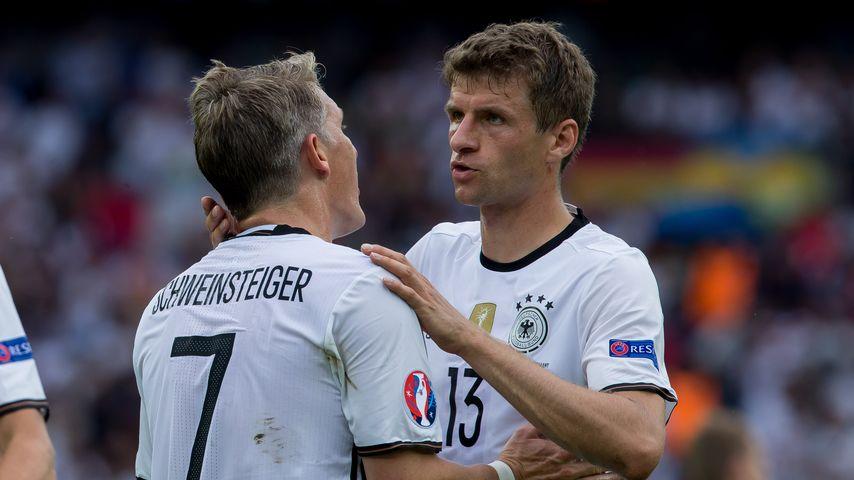 Bastian Schweinsteiger und Thomas Müller beim Spiel Nordirland gegen Deutschland bei der Fussball-EM