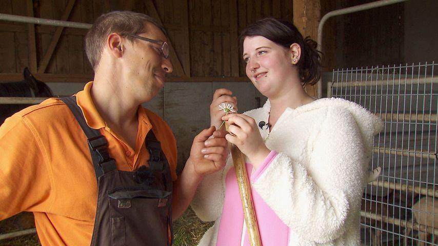 Bauer Roland und Kandidatin Verena in einem Ziegenkostüm