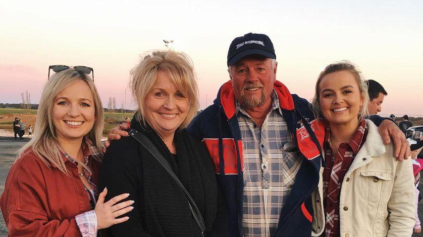 Becky (l) und Elly (r) Miles mit ihren Eltern