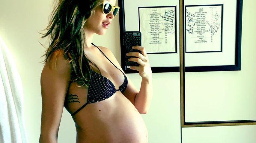 34. Woche: Behati Prinsloo mit Mega-Kugel in Bikini-Pose