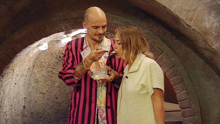 Ben Tewaag und Jessica Paszka in der Kanalisation