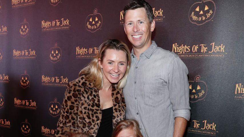 Beverley Mitchell, ihr Mann Michael Cameron und ihre beiden Töchter bei einem Event im Oktober 2019