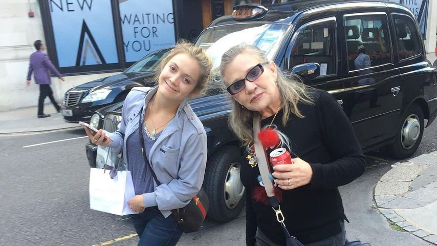 Throwback: Billie Lourd teilt Pic mit Mama Carrie Fisher (†)