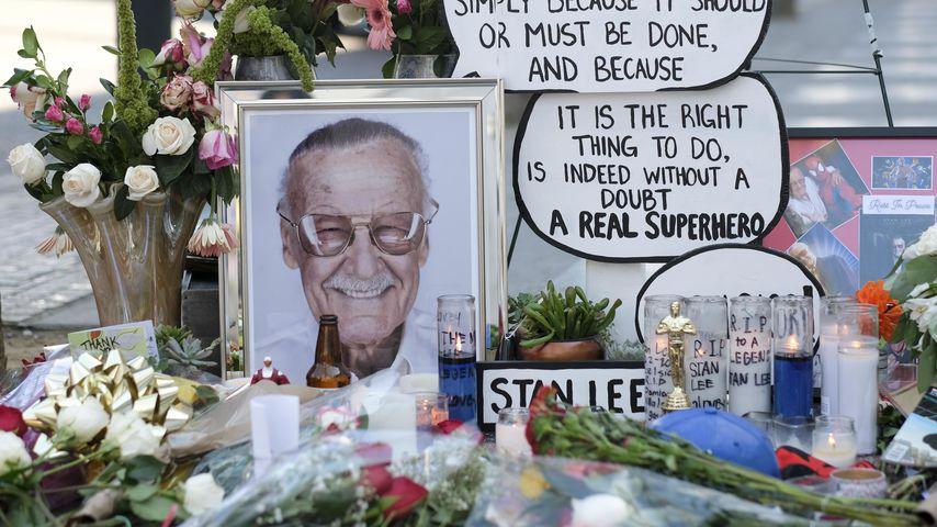Blumen, Kerzen und Bilder zum Tod von Stan Lee auf dem Hollywood Walk of Fame