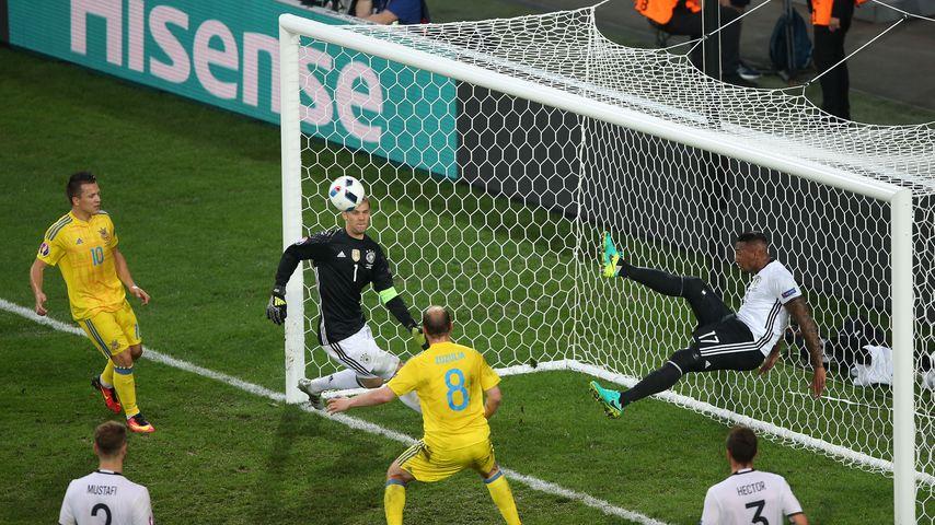 Boateng fischt den Ball aus dem Netz beim EM-Spiel Deutschland gegen Ukraine
