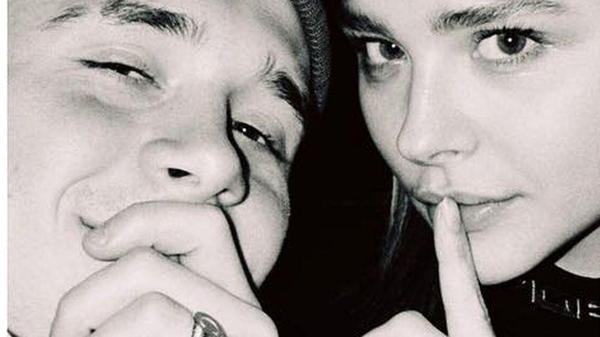 Verlobt? Brooklyn Beckham & Chloë posten verdächtiges Pic