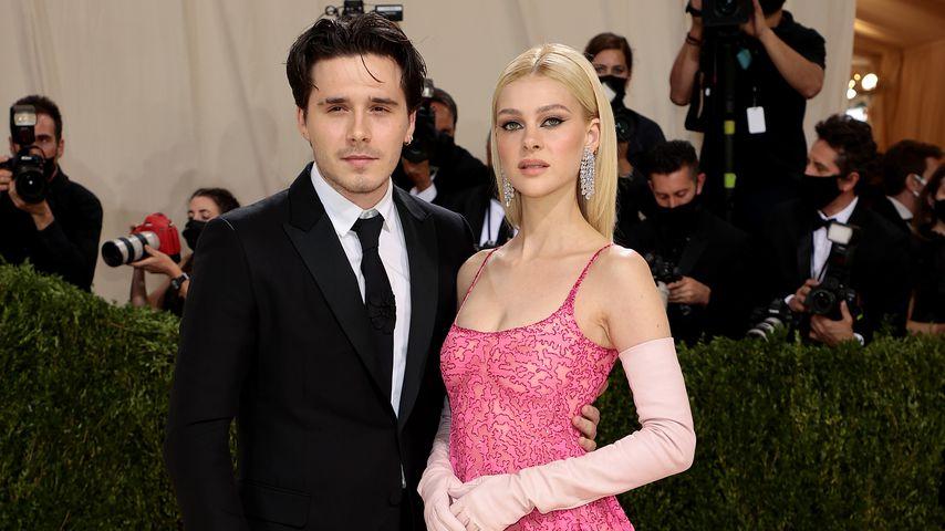 Brooklyn Beckham und Nicola Peltz posieren bei der Met Gala 2021