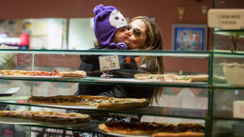 Yummy! Camila Alves mit Söhnchen in der Pizzeria