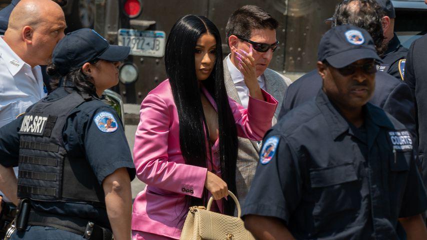 Prügel-Prozess: Cardi B erscheint ganz in Pink vor Gericht!