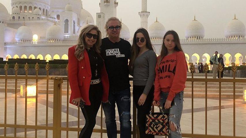 Carmen, Robert, Davina und Shania Geiss vor der Scheich-Zayid-Moschee in Abu Dhabi