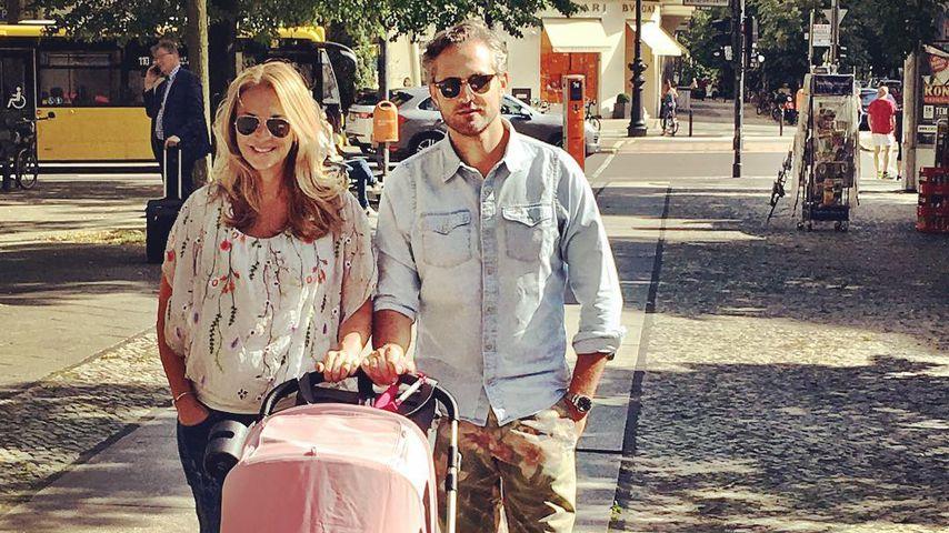 1. Familien-Pic! Caroline Beil happy mit Baby Ava & Freund