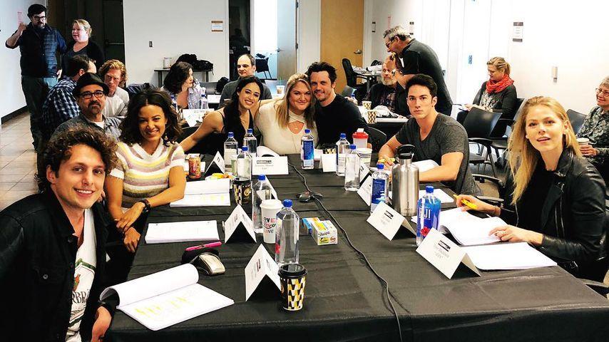 """Cast und Crew von """"Roswell"""" bei ihren Vorbereitungen für den Start der Serie"""