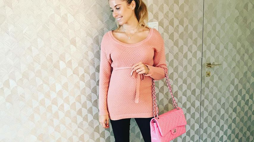Cathy Hummels mit Baby-Bauch im Barbie-Outfit