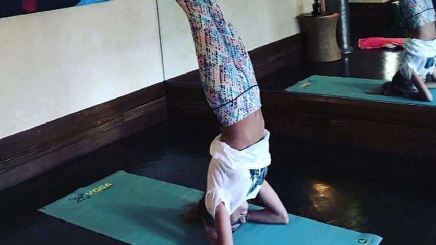 Bauchfreie Balance: Cathy Hummels übt zu Ostern Yoga