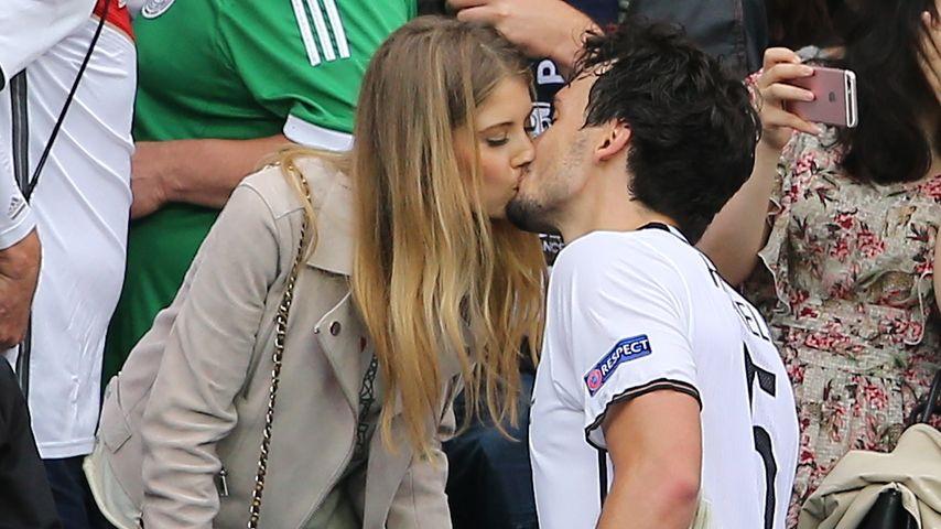 Cathy und Mats Hummels beim Siegerkuss nach dem EM-Sieg der Deutschen gegen Nordirland