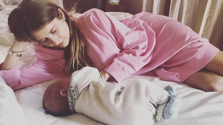 Web-Lacher: Hier wird Cathy Hummels von ihrem Baby angepupst