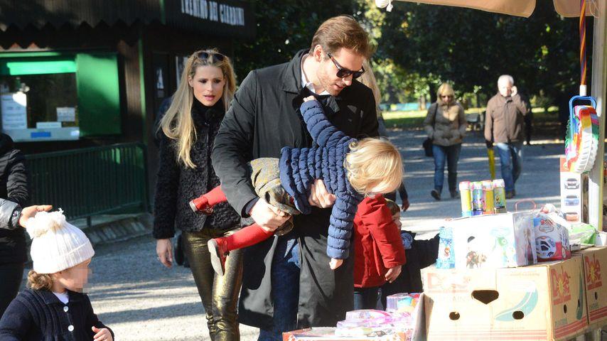 Michelle Hunziker, Tomaso Trussardi mit Celeste und Sole in einem Park in Mailand
