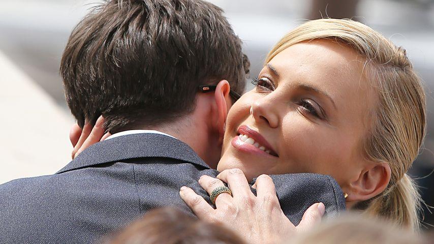Verdächtiger Ring! Hat Charlize Theron endlich geheiratet?