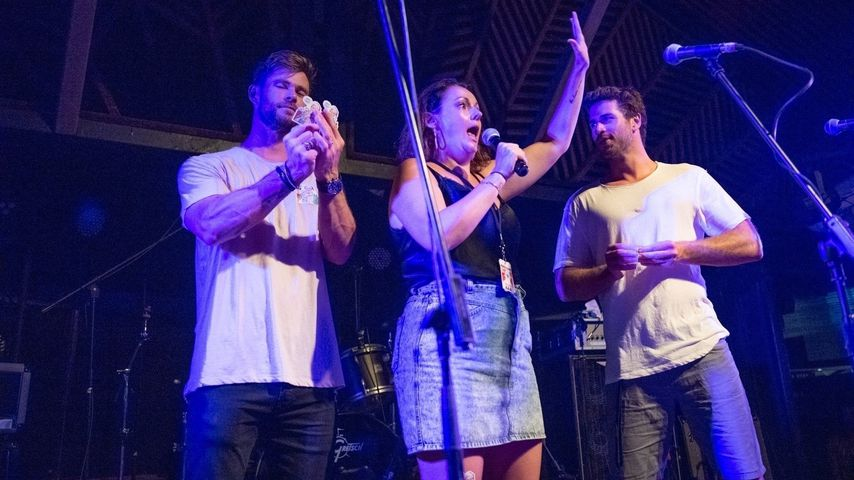 Chris Hemsworth, Celeste Barber und Liam Hemsworth bei einem Charity-Event in Byron Bay