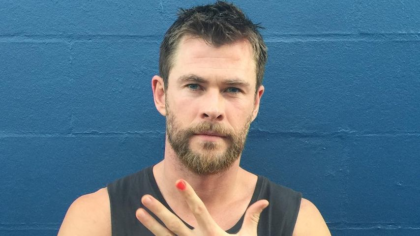 Chris Hemsworth mit rot lackierten Nagel im Oktober 2016
