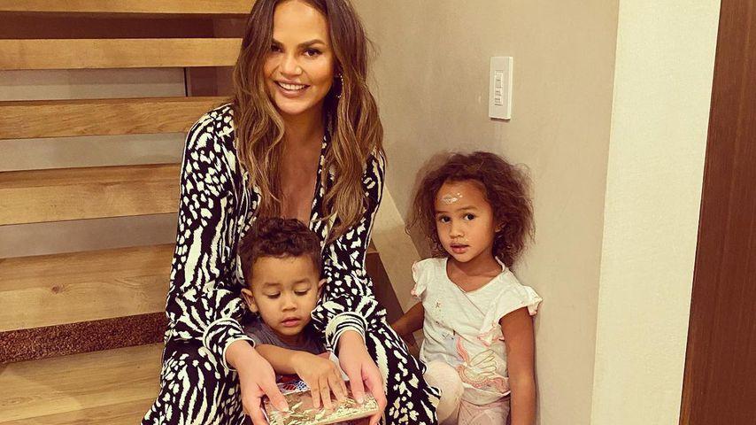 Chrissy Teigen mit ihren Kindern Miles und Luna