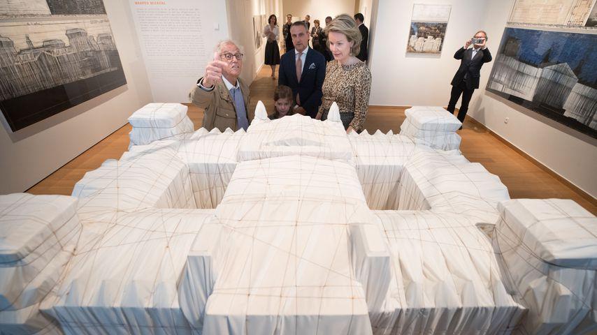 """Christo und ein Modell des Kunstwerkes """"Wrapped Reichstag"""""""