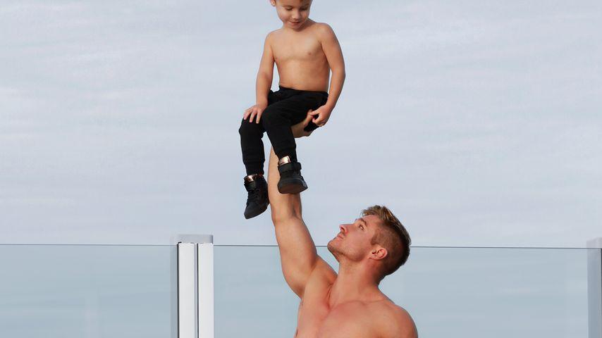 Mit süßem Sohn: Dieser sexy Zirkus-Papa erobert Instagram!
