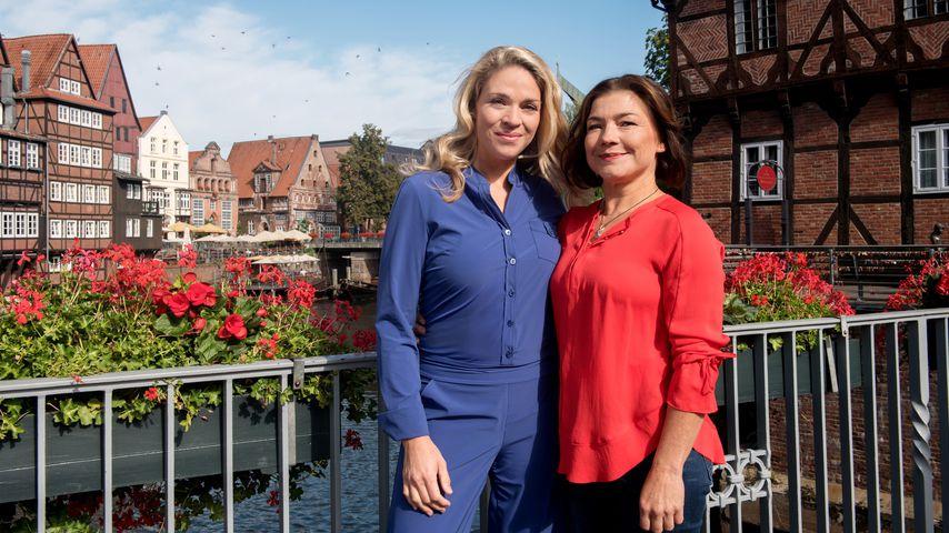 """Astrid Richter (Claudia Schmutzler) mit ihrer Freundin Britta (Jelena Mitschke) in """"Rote Rosen"""""""