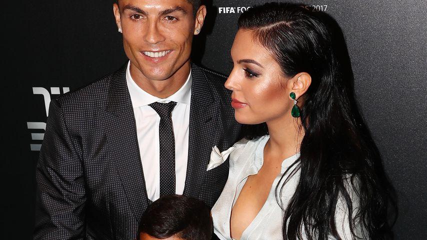 Cristiano Ronaldo mit seinem Sohn und seiner schwangeren Freundin Georgina