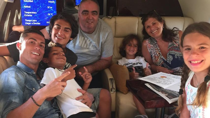 Cristiano Ronaldo und seine Familie im Flugzeug