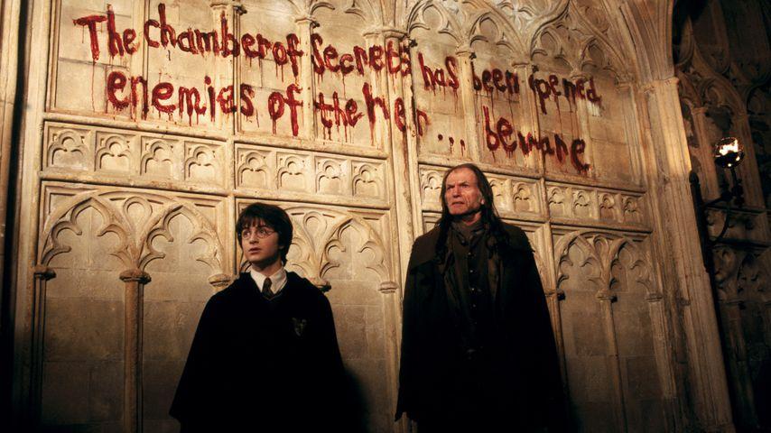 """Daniel Radcliffe und David Bradley als Harry Potter und Argus Filch in """"Harry Potter"""", Teil zwei"""