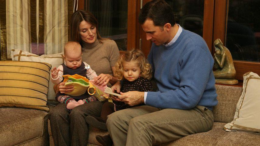 Das heutige Königspaar Letizia und Felipe von Spanien mit seinen Töchtern, November 2007