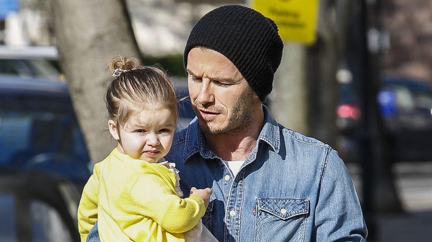 David Beckham trägt Harper & ein rosa Pflaster