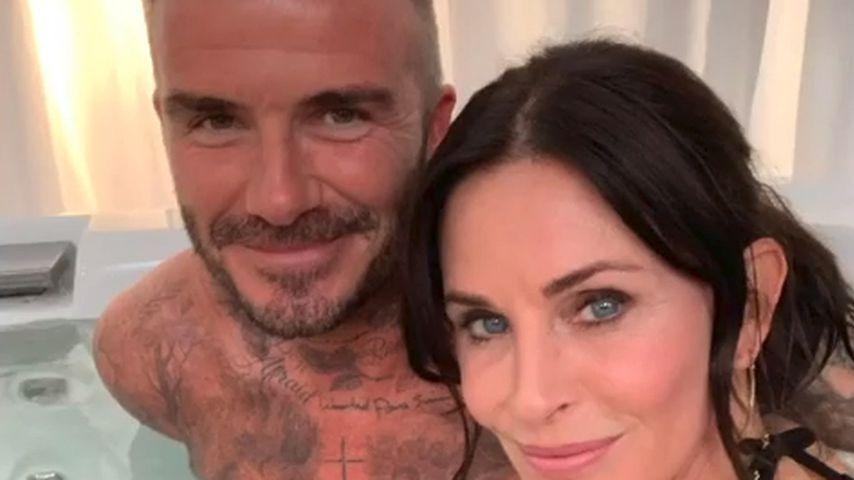 Im Pool: Begrapscht Courteney Cox hier etwa David Beckham?